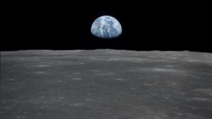 Photo d'un lever de Terre fournie par la Nasa et prise par l'équipage d'Apollo 11 avant l'atterrissage sur la lune, le 20 juillet 1969