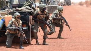 Des soldats maliens déployés dans la région de Tombouctou lors d'un exercice le 2 juin 2015
