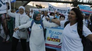 Des militantes du mouvement Women Wage Peace, dimanche 8 octobre, dans les rues de Jérusalem.