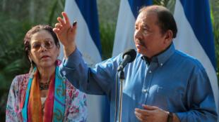 El presidente de Nicaragua, Daniel Ortega, pronuncia un discurso junto a su esposa y vicepresidenta Rosario Murillo durante las elecciones municipales en Managua el 5 de noviembre de 2017.