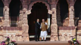 Le Premier ministre indien Narendra Modi accueille Emmanuel Macron à la conférence de lancement de l'Alliance solaire internationale, le 11 mars 2018, à New Delhi.