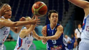 Céline Dumerc et les basketteuses françaises ont battu la Serbie et terminent 7es du mondial, dimanche 5 octobre 2014.
