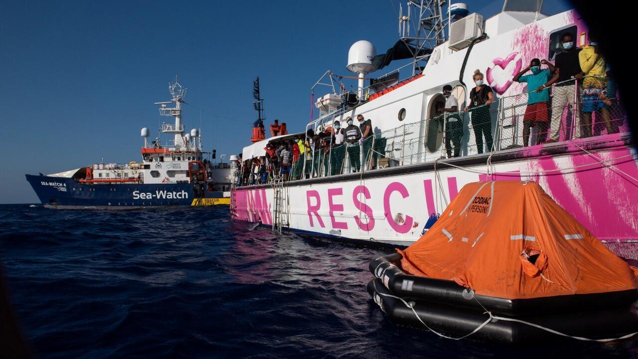 Decenas de migrantes rescatados en el Mediterráneo a la espera de recibir autorización para desembarcar en algún puerto europeo.