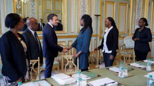 Emmanuel Macron rencontre l'association Ibuka pour la commémoration du génocide au Rwanda, le 5 avril 2019, à l'Élysée.