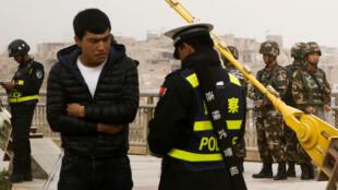 La population du Xinjiang est soumise à une surveillance renforcée dont des prélèvements d'ADN systématiques.