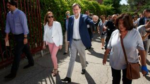 Le Premier ministre espagnol et leader du Parti populaire, Mariano Rajoy, arrive à un bureau de vote de Madrid, dimanche 26 juin 2016, accompagné de sa femme.
