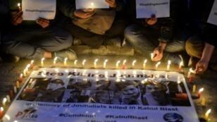 صحافيون ومصورون نيباليون يشاركون في مراسم للتنديد بقتل الصحافيين في أفغانستان، في 2 اأار/مايو 2018 في كاتماندو