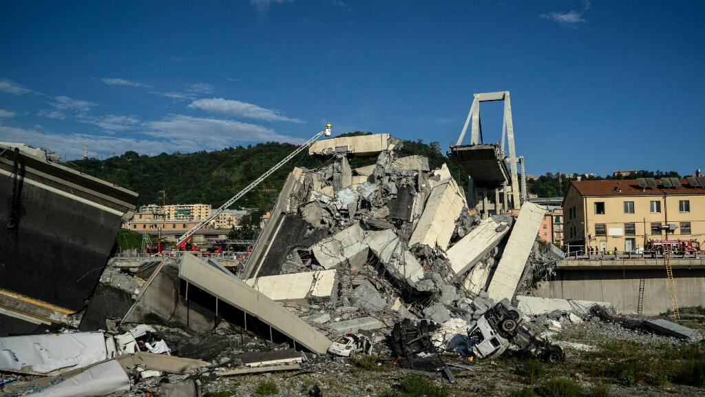 Un sauveteur inspecte depuis une grue le viaduc qui s'est effondré à proximité de Gênes, le 14 août 2018.
