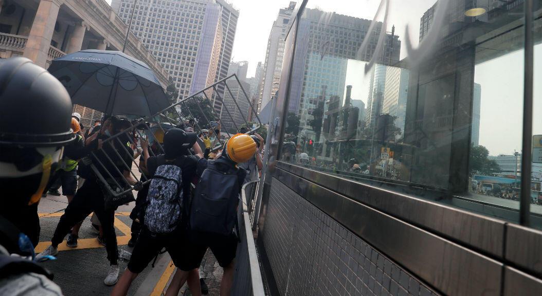 Manifestantes destrozan ventanas de una estación de metro,  durante las protestas en Hong Kong, el 8 de septiembre de 2019.