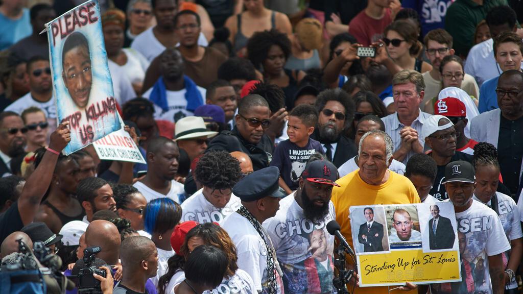 Le père de Michael Brown a pris la parole lors d'une cérémonie organisée en mémoire de son fils de 18 ans, tué par un policier blanc il y a un an.