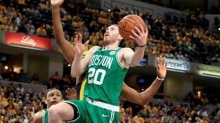 Gordon Hayward des Boston Celtics monte au panier face aux Indiana Pacers lors du match 4 des play-offs NBA, le 21 avril 2019 à Indianapolis