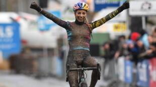 Pauline Ferrand-Prévot à l'arrivée du cyclo-cross Vlaamse Druivencross Overijse, à Overijse, le 10 décembre 2017