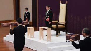 Le nouvel empereur du Japon Naruhito se voit attribuer les trois trésors sacrés qui scellent son nouveau statut.