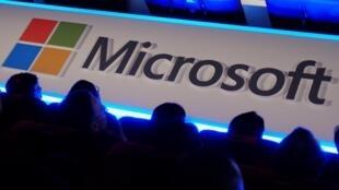 """Le nombre d'appels vidéo passés via """"Teams"""", la solution de visioconférence de Microsoft, a bondi de 1000% en mars, d'après un rapport publié jeudi par le géant de l'informatique"""