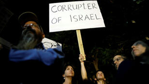 Los israelíes toman parte en una protesta contra la corrupción en Tel Aviv, Israel el 2 de diciembre de 2017.