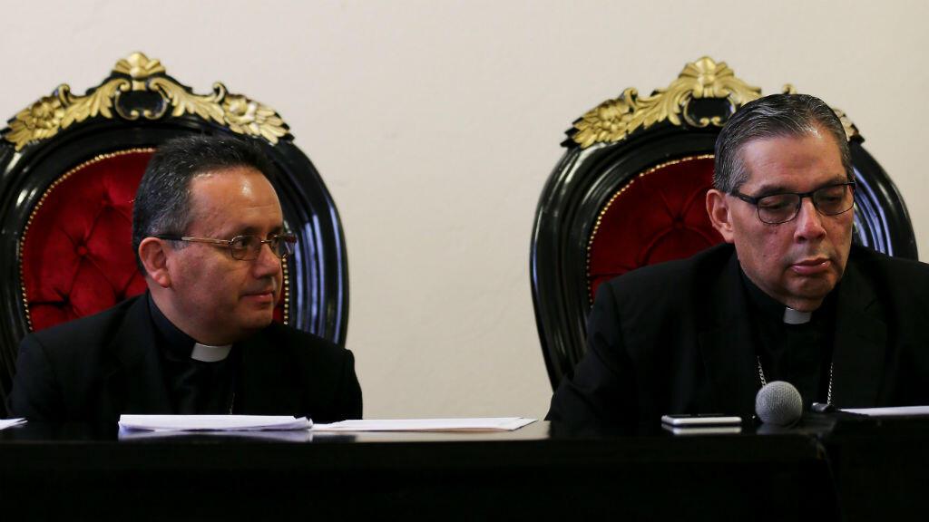 El arzobispo de Quito y primado de Ecuador, Alfredo Espinoza (derecha), y Danilo Echeverría (izquierda), obispo auxiliar de Arquidiócesis, hablan en conferencia de prensa en Quito (Ecuador), el 17 de septiembre de 2019.
