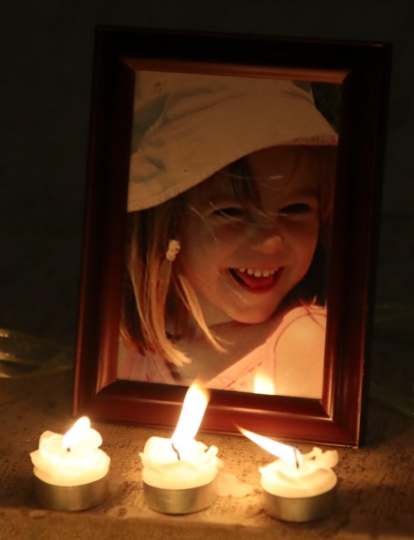 La luz de las velas deja ver un retrato fotográfico de Madeleine McCann dentro de la iglesia de Praia da Luz, durante una ceremonia masiva que conmemoraba el décimo aniversario de su desaparición, en Portugal. 3 de mayo de 2017.