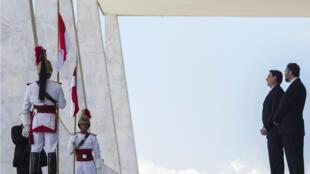 El presidente de Brasil, Jair Bolsonaro (izq.), y su ministro de Relaciones Exteriores, Ernesto Araujo, durante una ceremonia de bienvenida al presidente de Paraguay, Mario Abdo Benítez (fuera del marco) en el palacio de Planalto, en Brasilia el 12 de marzo de 2019.