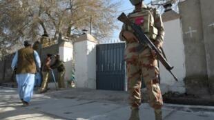 السلطات الباكستانية تشدد إجراءاتها الأمنية حول وداخل الكنيسة التابعة لطائفة المثوديست البروتستانتية في كويتا مع الاحتفال بعيد الميلاد. ديسمبر 2017