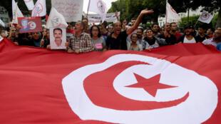 Des Tunisiens manifestent le 16 septembre 2017 à Tunis contre une loi d'amnistie destinées à des responsables accusés de corruption sous le régime de Ben Ali.
