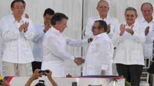 Le président colombien Juan Manuel Santos, à gauche, et le chef des Farc Timoleon Jimenez, se serrent la main, lundi 26 septembre 2016.