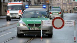La police allemande bloque l'accès à une rue d'Augsburg, dans le sud de l'Allemagne, après la découverte d'une bombe datant de la Seconde Guerre mondiale, le 25 décembre 2016.