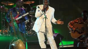 Le chanteur guinéen Mory Kanté en concert au festival international de Carthage en Tunisie le 14 juillet 2010