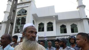 Un grupo de musulmanes reunido frente a la mezquita Jumha, en Minuwangoda, luego de un ataque en medio de violencias contra esa minoría religiosa en Sri Lanka, el 14 de mayo de 2019