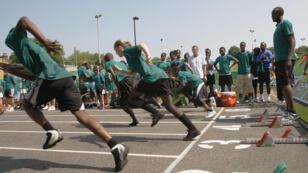 العداء العالمي أوساين بولتن يشاهد أطفالا من مدرسة جنوب لندن أثناء تدربهم على الجري 2 يوليو/تموز 2009
