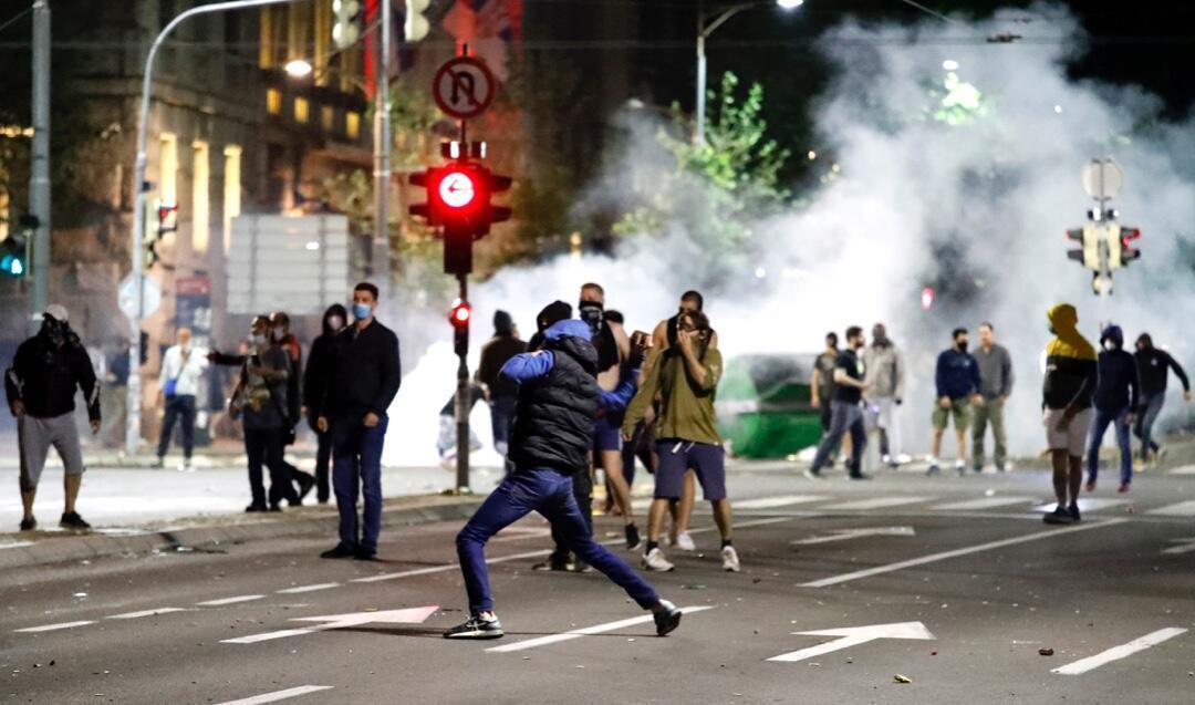 Un grupo de manifestantes se enfrenta a la Policía durante las protestas registradas en Belgrado, Serbia, el 7 de julio de 2020 en rechazo a las restricciones por la pandemia.
