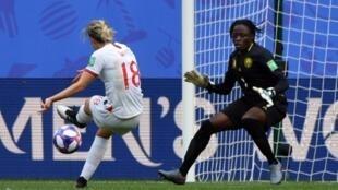 لاعبة انكلترا ايلين وايت (يسار) تسجل الهدف الثاني لفريقها في مرمى الكاميرون في كأس العالم للسيدات. 23 حزيران/يونيو 2019