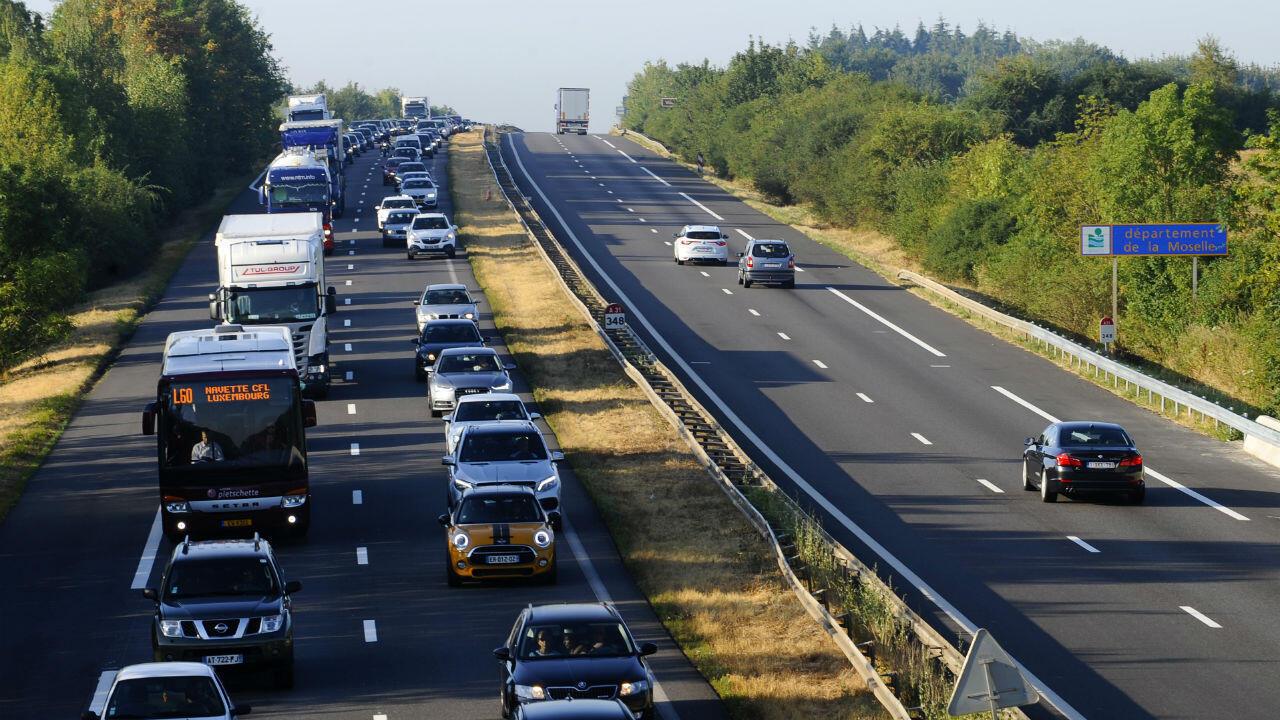 Un embouteillage sur une autoroute française non loin de la frontière luxembourgeoise, le 2 août 2018.