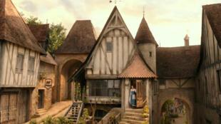 """Le décor du village de Villeneuve, dans """"La Belle et la Bête"""" 2017, inspiré des communes de Conques et Sarlat en France."""