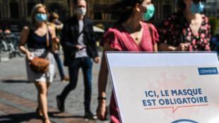 Des passants portant un masque à Lille, dans le nord de la France, où les autorités ont annoncé le renforcement des mesures de précaution, le 30 juillet 2020