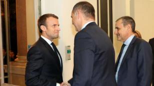Emmmanuel Macron (à g.) serre la main de Gilles Simeoni, président de la collectivité territoriale, et de Jean-Guy Talamoni, président de l'Assemblée de Corse.