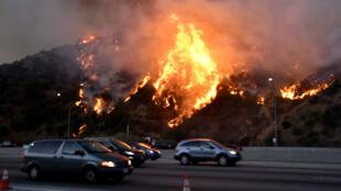 Les incendies continuent de s'étendre en Californie, atteignant les quartiers nord de Los Angeles le 28 octobre 2019.