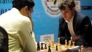 أبطال العالم في الشطرنج فيشفاناثان أناند يسارا وماغنوس كارلسن يمينا.