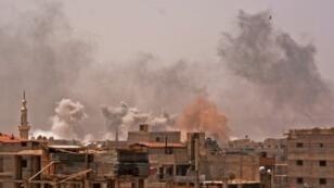 """دخان يتصاعد من أحياء في جنوب دمشق ناتج عن قصف يستهدف تنظيم """"الدولة الإسلامية"""" في مخيم اليرموك في 20 نيسان/أبريل 2018"""