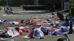 جثث في موقع تفجيرين الإرهابيين في أنقرة في 10 تشرين الأول/أكتوبر 2015