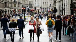 Las personas salen a caminar por las vías y calles mientras disfrutan del día sin automóvil, una iniciativa que surge para mejorar el aire y medio ambiente, en Londres, Reino Unido, el 22 de septiembre de 2019.