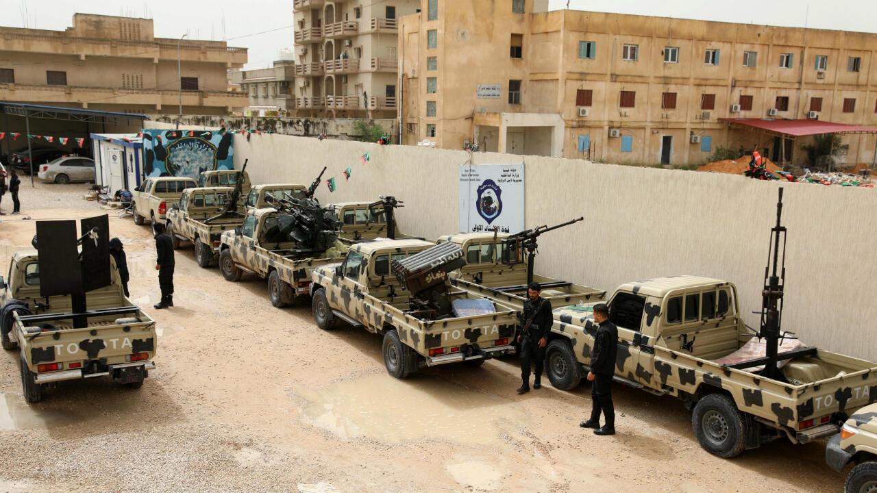 Miembros del ejército respaldado por los países occidentales revisan una serie de vehículos confiscados a las fuerzas del comandante Khalifa Haftar el 5 de abril de 2019 en Trípoli, Libia.