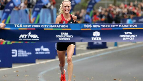 L'Américaine Shalane Flanagan sur le point de franchir la ligne d'arrivée du marathon de New York, le 5 novembre 2017.