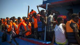 Des migrants en train d'être secourus en mer Méditerranée, le 2 août 2017.