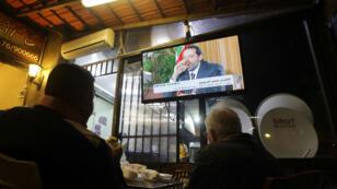 Des Libanais regardent l'interview télévisée du Premier ministre démissionnaire Saad Hariri, le 12 novembre à Beyrouth.