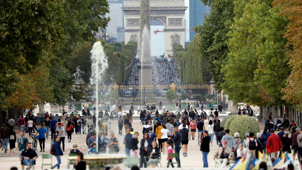 París celebró su quinto día sin automóvil. Los turistas y residentes caminan por el jardín de las Tullerías y los Campos Elíseos, en Francia, el 22 de septiembre de 2019.