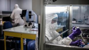 Des scientifiques travaillant au laboratoire de recherche VirPath à Lyon, le 5 février 2020.