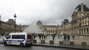 Un véhicule de police surveille l'entrée principale du musée du Louvre à Paris, le 4 février 2017.