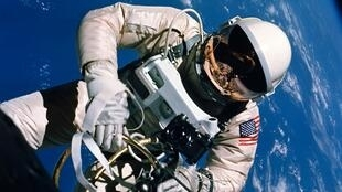 """Esta foto, tomada durante la misión """"Géminis 4"""" el 3 de junio de 1965, muestra a Ed White, quien se convirtió en el primer estadounidense en realizar una caminata espacial. Archivo."""