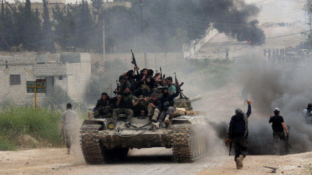 مقاتلون في حلب يحتفلون بانتصار لهم بالمنطقة