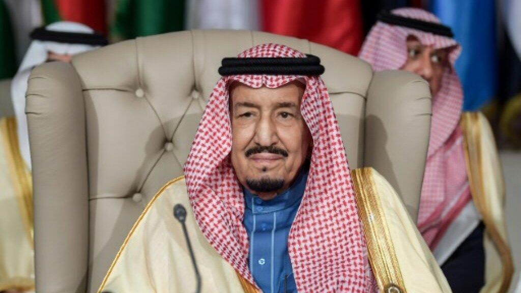 العاهل السعودي الملك سلمان بن عبد العزيز مترئسا الجلسة الافتتاحية للقمة الثلاثين لجامعة الدول العربية في تونس في 31 آذار/مارس 2019.